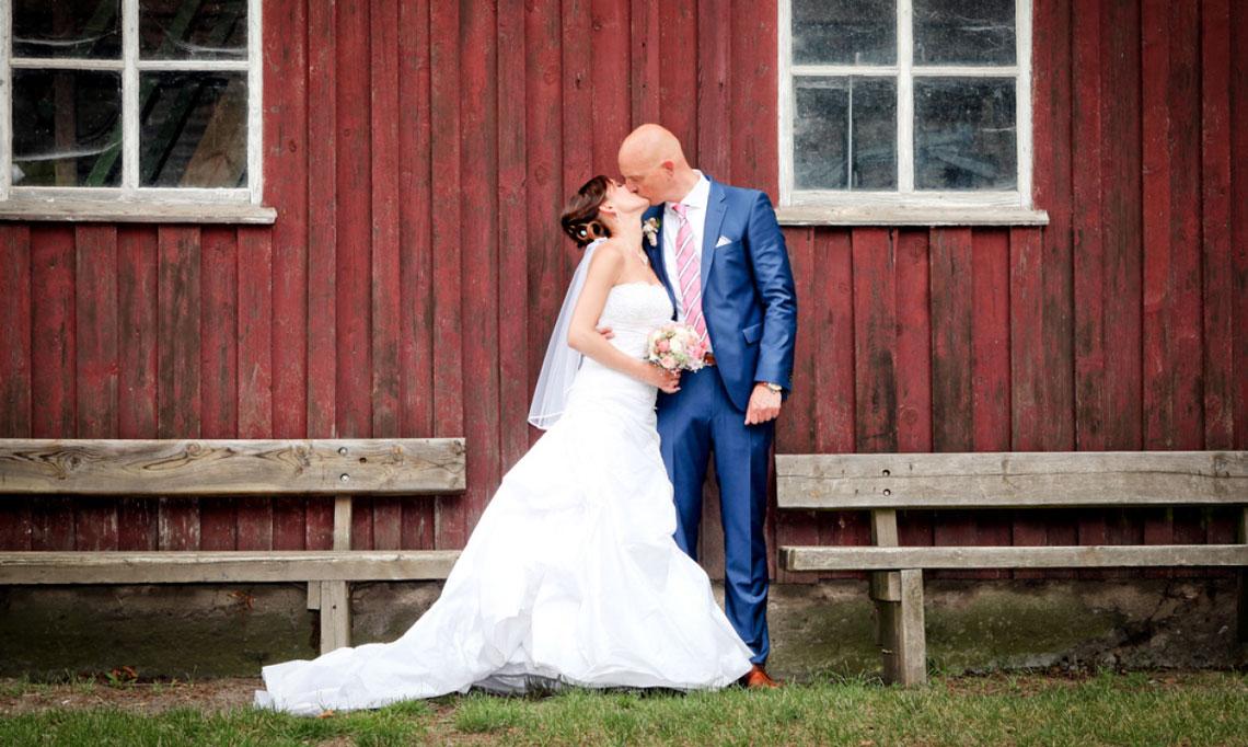 Hochzeitsfotografie küssendes Brautpaar